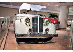Восьмицилиндровый Packard Eight с элегантным кузовом купе-кабриолет был популярен среди знаменитых людей и служителей искусства.