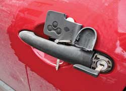 В бесключевых системах с карточкой-ключом или электронным ключом-брелоком есть аварийный ключ для механического открытия двери водителя