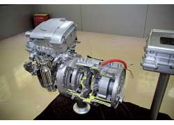 3-цилиндровый 1,0-литровый ДВС, работающий по циклу Аткинсона, и расположенные соосно с ним генератор и тяговый электромотор мощностью 125 кВт и крутящим моментом 400 Нм