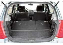 Багажник Swift маленький (213/562л) ипо объему уступает многим «одноклассникам». Зато в версиях сподпольной нишей при сложенных сиденьях получается ровный погрузочный пол.