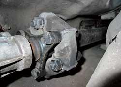 В карданной передаче источником вибраций часто бывает состарившаяся резиновая муфта.