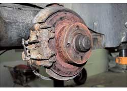 Необслуживаемые суппорты из-за коррозии часто заклинивает в нейтральном положении, после чего не работает тормозной механизм и ржавеет диск.