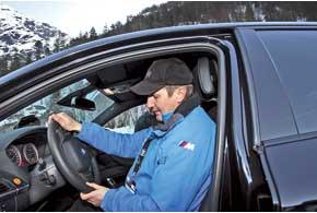 Правильная посадка за рулем – это не бравада перед окружающими, агарантия того, что вкритической ситуации вы все сделаете максимально быстро и точно. Это также минимизирует риск последствий при столкновении или перевороте.