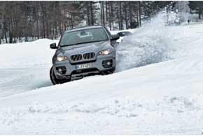 Понимая, что боковые скольжения – не штатная ситуация, BMW превентивно готовится кпоследствиям, затягивая ремень безопасности.