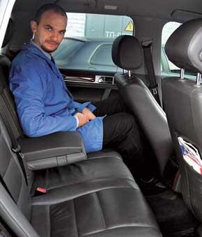 Места для трех пассажиров в Touareg больше, как и пространства для ног. VW проигрывает по запасу места над головой и отсутствию регулировки наклона спинок.