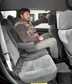 Из-за узкого дверного проема в нижней части нередко задеваешь носком дверь. При больших пробегах стучат замки механизма изменения наклона спинок задних сидений.
