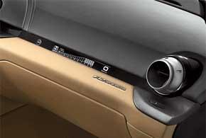 Среди оригинальных идей – ЖК-экран на торпедо перед пассажиром. Нанего выводятся обороты, скорость ипередача
