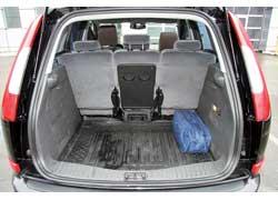 Базовая система трансформации салона включает три раздельных задних сиденья. В каждом спинка отбрасывается вперед, а затем ее вместе с подушкой можно поднять кпередним креслам. Кроме того, все задние сиденья можно снять иубрать из салона, получив багажник объемом 1620 л.