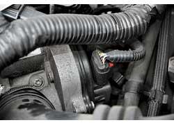 В бензиновых двигателях отмечены проблемы с дроссельной заслонкой. Внекоторых случаях помогает ее чистка, аиногда требуется замена.