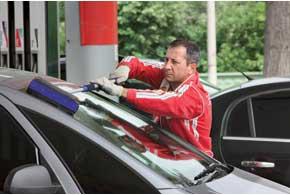 Нынешние автомобилисты, особенно женщины, используют сервис «на всю катушку». Причем водитель при желании даже может не выходить из машины, передав деньги в кассу через «пистолетчика».
