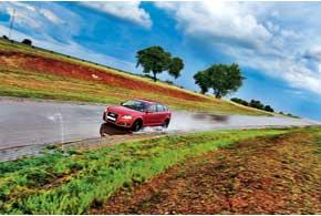 Мокрый асфальт вповороте – коварное покрытие, которое легко может заставить автомобиль двигаться внаправлении действия сил инерции, т. е. в кювет.