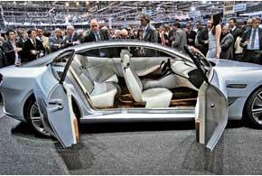 Спортседан безцентральных стоек Cambiano оснащен 4-мя электромотор-колесами мощностью 150 кВт каждый и дизельной микротурбиной.