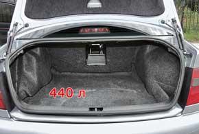 Багажник первой «четверки» вполне вместителен и увеличивается путем складывания спинок задних сидений.Под полом грузового отсека находится полноразмерная запаска с баллонным ключом и домкратом из легкосплавного материала. В универсале за боковой обшивкой может располагаться сабвуфер штатной аудиосистемы.