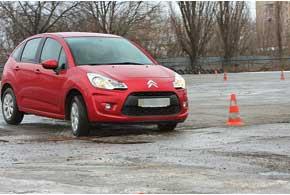 Машина правым колесом едет на яму. Первое движение – рулем в левую сторону (контрсмещение), затем направляем авто правым колесом в сторону ямы. Колесо в разгруженном состоянии проезжает неровность.