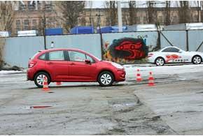 Перед самой ямой педаль тормоза отпускаем, чтопозволяет снизить ударные нагрузки на переднюю подвеску и автомобиль.