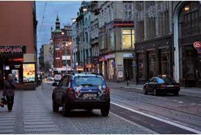 Во Вроцлаве местные жители оставляют на ночь свои машины прямо на тротуарах.