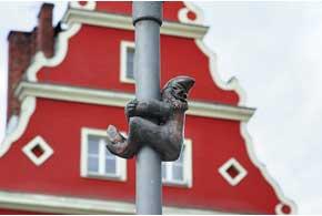 Город усеян миниатюрными бронзовыми статуэтками – гномами. Расположены они в самых неожиданных местах. Их начали устанавливать в 2001 году в честь действовавшей в 1980-е подпольной группы «Оранжевая альтернатива», которая нарушала административные правила, боролась со стереотипами и т. п.