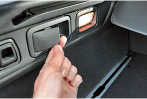 Задний ряд сидений складывается спомощью небольшого рычажка вбагажнике. Кроме него, здесь есть подсветка с обеих сторон и система крепления грузов.