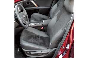 В самой богатой версии сиденья имеют комбинированную обивку (кожа + алькантара), но в отличие от европейских машин у них механические регулировки. Электроприводом оснащена только поясничная  поддержка.