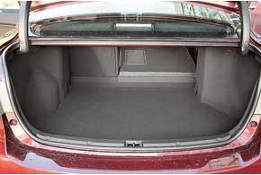 Багажник не изменился. Впрочем, его 509-литрового объема в походном состоянии вполне достаточно. Есть люк для перевозки длинного груза и возможность сложить спинки заднего дивана – для громоздкого.