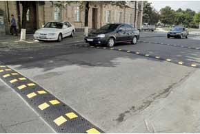 По поводу применения шумовых полос (заглавное фото), светодиодных светофоров и «лежачих полицейских» в последние годы приняты профильные стандарты.