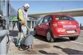 При возникновении сомнений по поводу количества залитого в бак топлива автомобилист имеет право потребовать произвести контрольную проверку тут же, на станции.