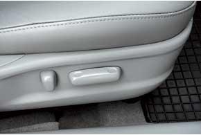 Все Camry оборудованы щитком приборов Optitron, «оживающим» только привключении зажигания. Оба передних кресла на всех версиях оснащены электроприводом. Сами сиденья большие и широкие, с умеренной боковой поддержкой.