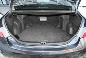 Багажное отделение Camry (40) вместительное– 535л. У ближайших конкурентов отсеки поменьше: 462 л – уHyundai Sonata (NF),  435 л– у Mitsubishi Galant. Багажник у «европейцев» можно увеличить, сложив спинки кресел.