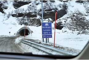 Проезд на легковом авто счетырьмя пассажирами по7-километровому тоннелю под морем в каждую сторону стоит 38 евро.