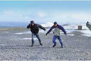 Зимой ветер на Нордкапе иногда ураганный: передвигаться получалось, лишь наклонившись вперед.