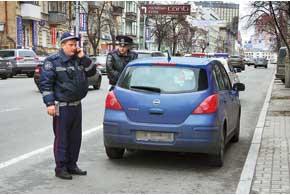 Ответственный водитель Nissan оставил под лобовым стеклом листок бумаги с номером мобильника и по звонку гаишников тут же подошел к своей машине.