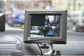 На мониторе в салоне одновременно отображается картинка с трех камер. Четвертое, пустое окно предназначено для выбора команд на электронном табло.