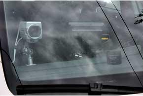 В патрульном автомобиле ссистемой видеонаблюдения установлены три камеры: две стационарные на крыше возле «мигалок» (смотрят назад ивперед) и одна, регулируемая, – всалоне (может изменять угол обзора, удалять или приближать объекты).