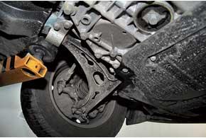 Обойма задних сайлент-блоков передних рычагов Skoda крепится болтами к алюминиевому подрамнику. Современем они сильно «прикипают» и при откручивании легко ломаются.