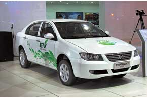 Lifan 620 EV получил литий-феррум-полимерную батарею, которая гарантирует запас хода до 200 км. На ее зарядку до 70% достаточно 15-ти минут, а полный цикл занимает до 7 часов.