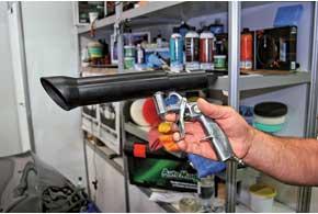 На стенде компании Auto Magic мы увидели уникальный пистолет: насадка сэффектом торнадо сначала «выбивает» пыль из сиденья, а затем отправляет ее вбункер.