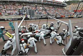 Что такое не везет, демонстрирует Михаэль Шумахер. Шесть неудачных гонок изшести – это перебор, причем в большинстве случаев вины Михаэля небыло. Авоткак сэтим бороться – вопрос...