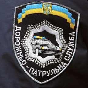 На обоих рукавах нашиты шевроны: налевом – с общей информацией о силовой структуре «Україна МВС», на правом– о структуре МВД– «Дорожньо-патульна служба» или «Державна автомобільна інспекція».
