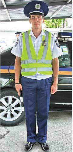 В темное время суток для обеспечения личной безопасности инспекторы ДПС испецподразделения используют светоотражающие жилеты салатового цвета снадписью «ДПС».