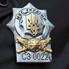 Нанагрудном знаке перед серийным номером инспектора вместо кода региона буквы «СЗ» – «спеціальний загін».
