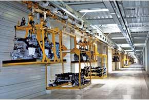 Комплектующие из индустриального парка поступают на конвейер поподвесным линиям.