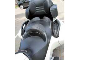 На таком «туристе» пассажиру куда удобнее, чем на обычном мотоциклетном сиденье версии RS. А в комплектации RT Limited установлено прошитое кресло. К тому же тут есть штатное дляэтой модели управление аудиосистемой (1) и подогрев задних ручек (2).