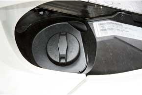 Заливная горловина – под сиденьем. Оноразблокируется ключом зажигания. Ключ –  универсальный, так как еще открывает носовой отсек и заводит трицикл.