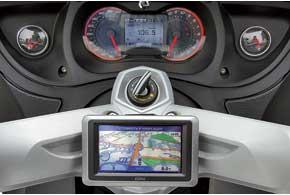 GPS-навигатор Garmin Zumo 660 с подставкой и совместимостью с Bluetooth входит вбазовое оснащение круизера RTLimited.