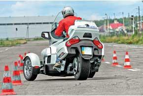 Сзади вполне автомобильное колесо 225/50 R15. Вотличие отобычного байка, трицикл кренится по-автомобильному – наружу.