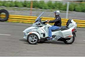 Хромированные 6-спицевые алюминиевые передние колеса, наконечники выхлопных труб, жарозащитный щиток и зеркала выдают самую дорогую версию RT Limited.