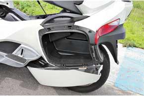 В одном из кофров в комплектации RT Limited находится стояночный чехол. Так что от непогоды трицикл укрыть можно.