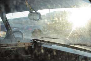 Оставляя машину на солнцепеке, не стоит забывать, что пластиковые детали салона быстро разогреваются и могут потрескаться.