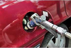 Заправочный вентиль разместили в лючке бензобака, но спереходником-удлинителем.