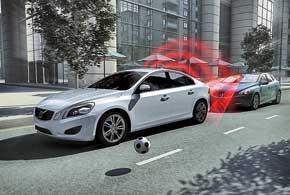 Если разность скоростей вашего и другого автомобиля меньше 15км/ч, стандартная функция City Safety (до50км/ч) тормозит авто, предотвращая столкновение.